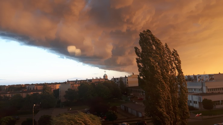 Niesamowite niebo w Środzie Wielkopolskiej tuż przed burzą