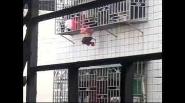 23-02-2017 17:56 Zwisała z balkonu kilkanaście metrów nad ziemią z głową między prętami