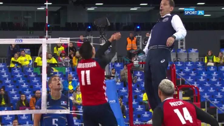 Amerykański siatkarz wyjął piłkę z kieszeni arbitra!