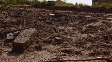 Ludzkie kości na wierzchu, zniszczone nagrobki. Żydowski cmentarz zrównany z ziemią