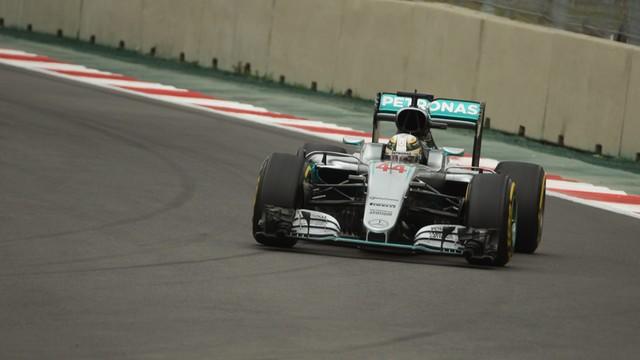 Formuła 1 - Hamilton i Vettel najszybsi na piątkowych treningach