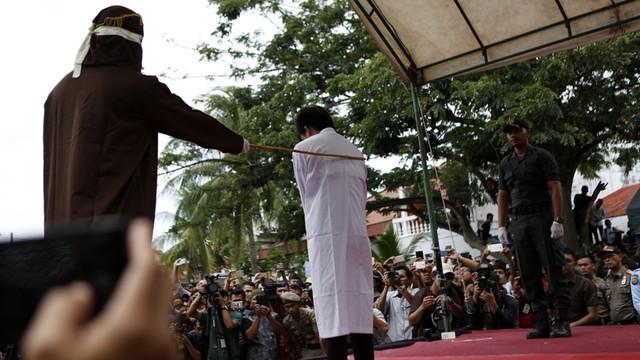 Indonezja - wykonano karę publicznej chłosty za kontakty homoseksualne