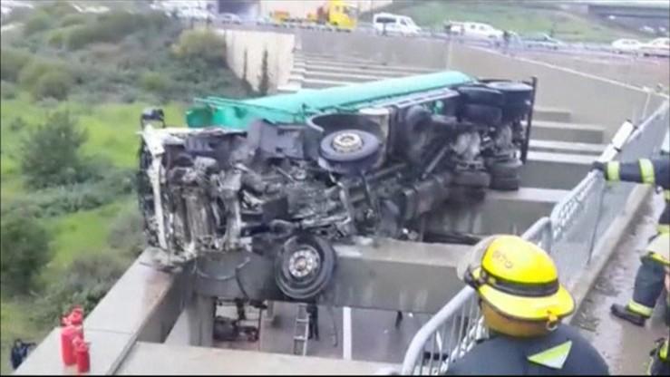 Izrael: ciężarówka wypadła z drogi. Dziecko zwisało głową w dół