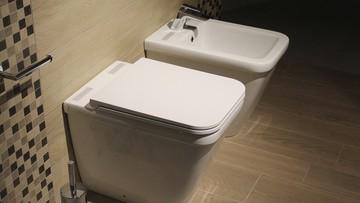 Zmusili ich do korzystania z oddzielnej szkolnej toalety. Bo są uchodźcami