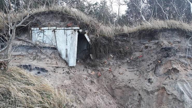 Sztormy odsłoniły na plaży w Dziwnówku bunkry z czasów zimnej wojny