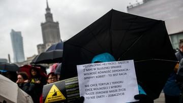 24-10-2016 16:10 Ściganie seksistowskich wypowiedzi i wsparcie in vitro. Petycja II Ogólnopolskiego Strajku Kobiet przekazana posłom