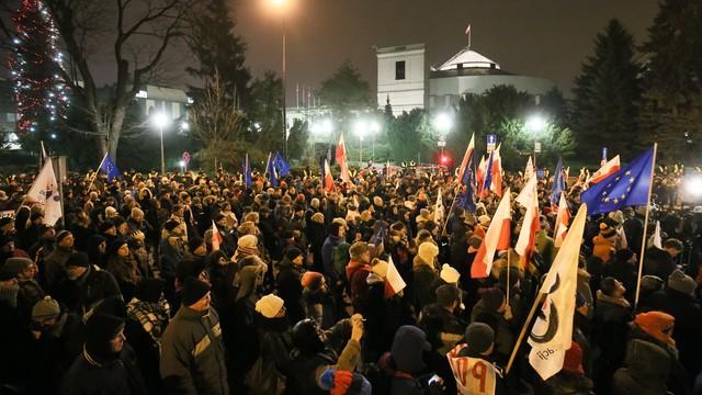 KOD apeluje o kontynuowanie protestu przed Sejmem