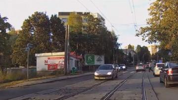10-10-2016 16:00 Radiowóz ominął pieszych na przejściu. Policjanta nie ominie surowa kara