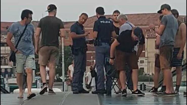 """Belgowie skakali do kanału w Wenecji. Dostali """"wilczy bilet"""" i więcej tam nie wjadą"""
