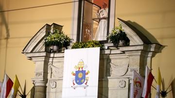 """""""Dobry wieczór"""" przy Franciszkańskiej 3. Papież przywitał się z młodymi i wspomniał nieżyjącego wolontariusza"""