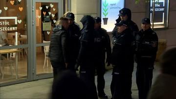 Narodowcy zablokowali wejście do Teatru Powszechnego. Rzucali racami