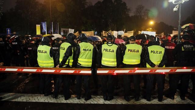 Warszawa: czterech 18-latków odpowie za zakłócanie czarnego protestu