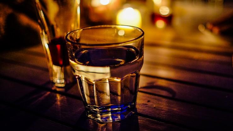 Twórcy, artyści, literaci i dziennikarze piją w Polsce najwięcej