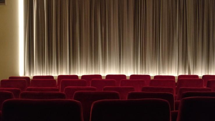 Pozwał kobietę, którą zaprosił na randkę, bo… pisała SMS-y w sali kinowej