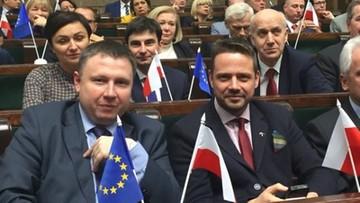 25-11-2015 18:10 Posłowie PO z flagami Polski i UE. Na sejmowych pulpitach