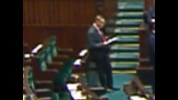 29-12-2016 11:37 Poseł PO przegląda notatki leżące na miejscu zajmowanym przez prezesa PiS w sali plenarnej