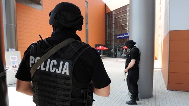 Seria alarmów bombowych w całej Polsce - policja sprawdzała kilkanaście obiektów