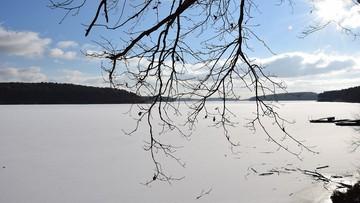 07-01-2017 16:55 Zamarzają mazurskie jeziora. Ratownicy apelują, by nie wchodzić na lód