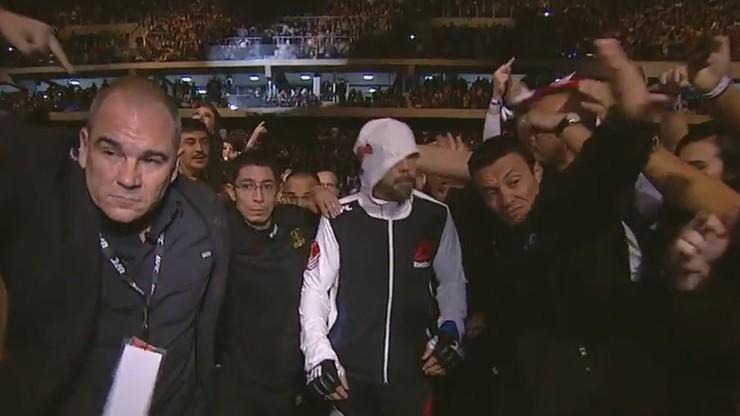 UFC: Zawodnik uderzony podczas wyjścia do walki. Oddał kibicowi! (WIDEO)