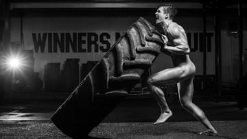 14-10-2016 17:52 Nadzy sportowcy prężą muskuły i uczą, jak badać piersi partnerek