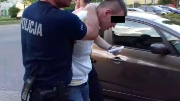 Po pijanemu potrącił matkę z dziećmi na chodniku i uciekł. Kierowca usłyszał dwa zarzuty