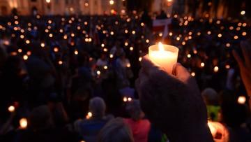 """16-07-2017 21:10 """"Łańcuch światła"""" przed gmachem Sądu Najwyższego"""