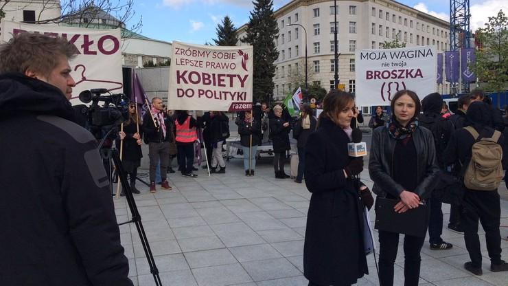 """""""Piekło kobiet trwa"""". Przed Sejmem pikieta za dostępem do pigułki """"dzień po"""" bez recepty"""