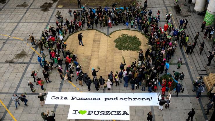 Największe zielone serce dla Puszczy - akcja przed Pałacem Kultury