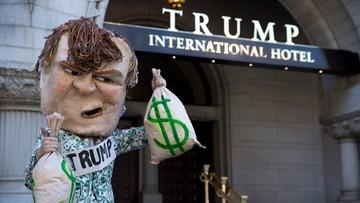 12-09-2016 20:57 Protesty podczas otwarcia kolejnego luksusowego hotelu Trumpa