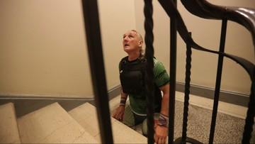 12-09-2017 14:19 1,7 tys. schodów na rękach. Sportowiec z amputowanymi nogami pokonał 30 pięter Pałacu Kultury i Nauki