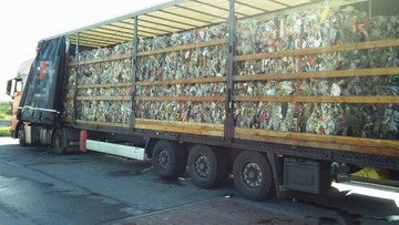 22-09-2017 15:09 Z samochodu wylewała się śmierdząca ciecz. Śmieci z Niemiec nielegalnie wjechały do Polski