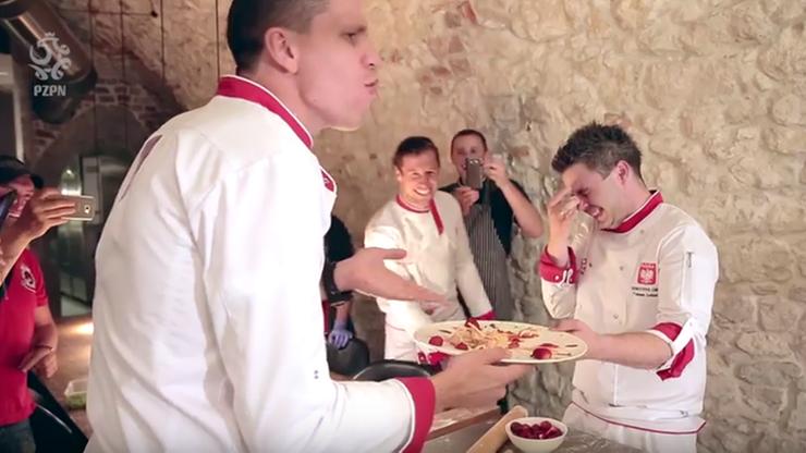Pierogowy challenge: Krychowiak i Szczęsny w kuchni (WIDEO)