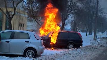 12-02-2017 10:21 Samochód w ogniu, a w środku śpiący pijany mężczyzna