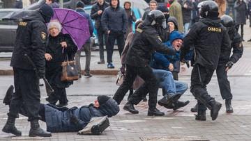 """Wynosili ludzi z tłumu, kilkuset zatrzymanych. """"Dzień Wolności"""" na Białorusi"""