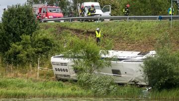 Autobus PKS zderzył się z busem i spadł ze skarpy. 11 osób zostało rannych