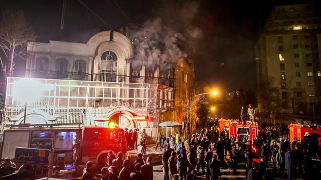 Protestujący wdarli się do saudyjskiej ambasady w Teheranie