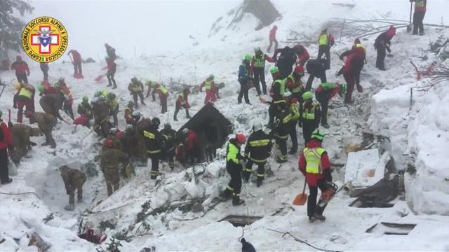Włochy: ratownicy walczą z czasem