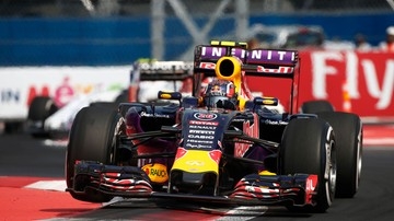 2015-11-11 Kierowca Red Bull Racing... zdał prawo jazdy. W brawurowy sposób starą Ładą! (WIDEO)