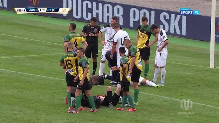 Piłkarz Górnika dostał żółtą kartkę... na noszach!