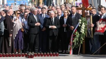 10-06-2017 10:38 86. miesięcznica smoleńska. Prezes Kaczyński złożył kwiaty przed Pałacem Prezydenckim