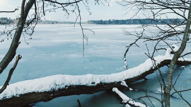 Zamarzły mazurskie jeziora. Lód za cienki, aby jeździć na łyżwach