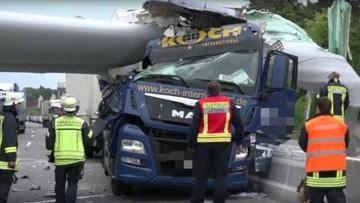 Element turbiny wiatrowej ściął kabinę ciężarówki. Powodem był wypadek innych ciężarówek