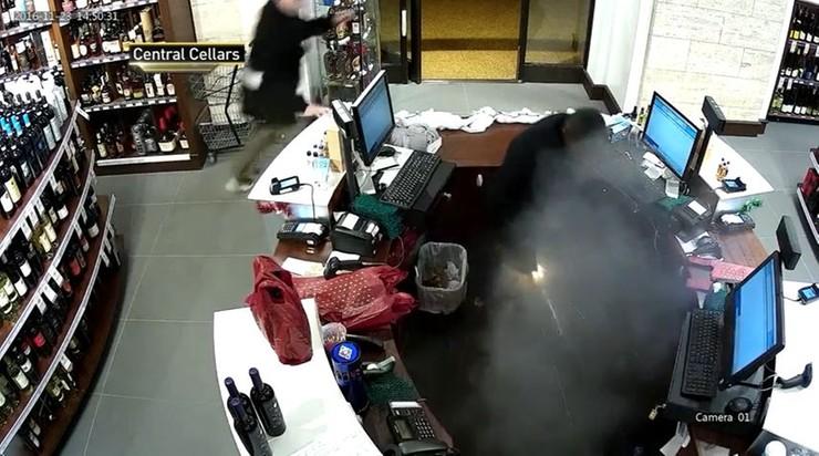 E-papieros wybuchł mu w spodniach. Z kieszeni wydobywały się iskry i dym