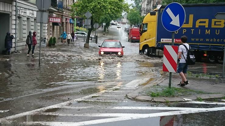 """""""Rzeka"""" zamiast ulicy, ściana deszczu, grad, wichura. Wasze filmy z załamania pogody"""
