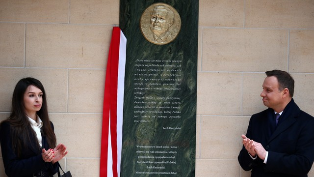 Prezydent Duda odsłonił w Lucieniu tablicę poświęconą L. Kaczyńskiemu