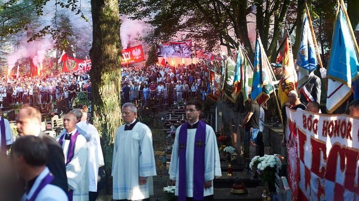 """Sąd umorzył sprawę rzekomego pobicia działaczy KOD na pogrzebie """"Inki"""" i """"Zagończyka"""""""