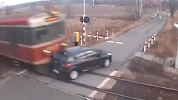 24-02-2017 10:16 Kierowca wjechał pod pociąg. Kolej publikuje film i przestrzega kierowców