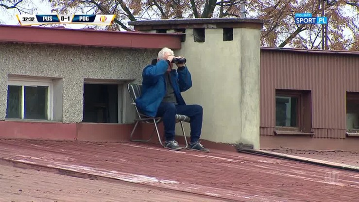 Nietypowa loża VIP w Niepołomicach! Kibic z lornetką na dachu!