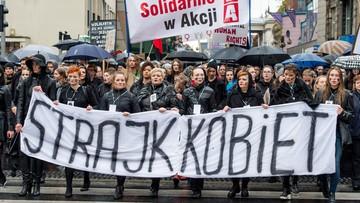 """03-10-2016 19:21 Finał """"Czarnego poniedziałku"""". Tłumy protestujących w polskich miastach. """"Beata niestety, twój rząd obalą kobiety"""""""