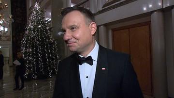 10-01-2018 09:42 Muszka prezydenta Dudy z 25-lecia Telewizji Polsat i konstytucja od Kwaśniewskiego. Politycy wspierają WOŚP